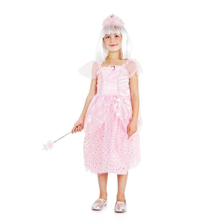 Dzieci przebierając się w kostiumy udają różne osoby