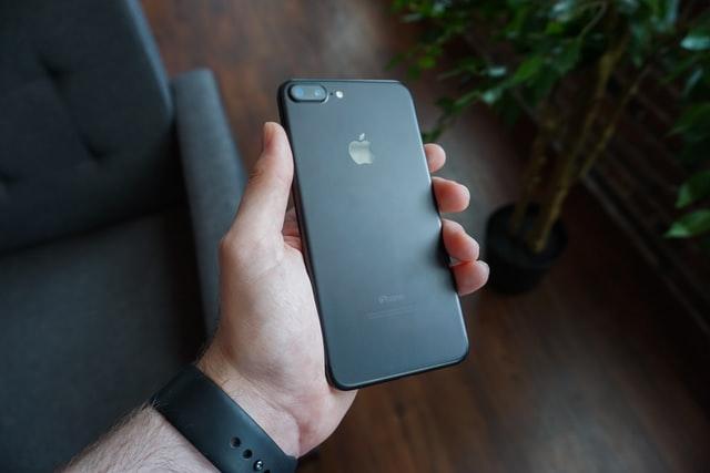 Uszkodzony iPhone – czy warto go naprawiać?