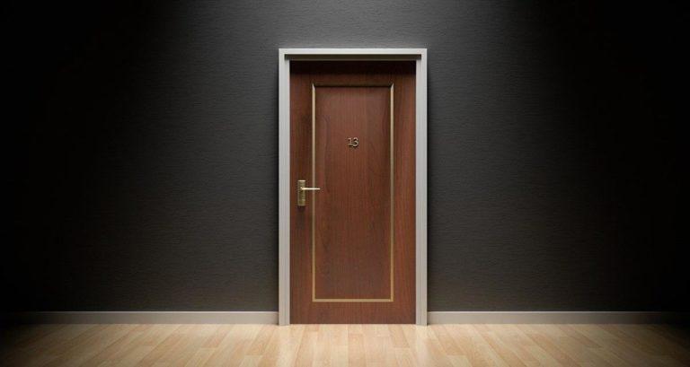 Jak przeprowadzić montaż drzwi?