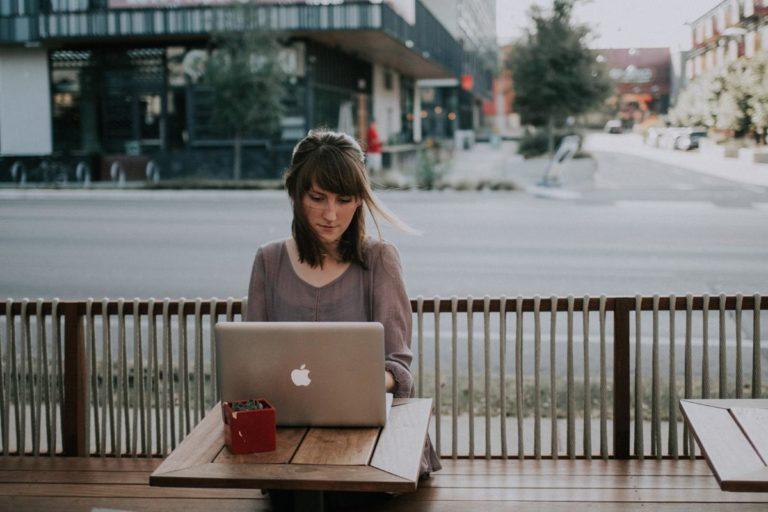 Jak szukać ofert pracy do realizowania poza granicami kraju?